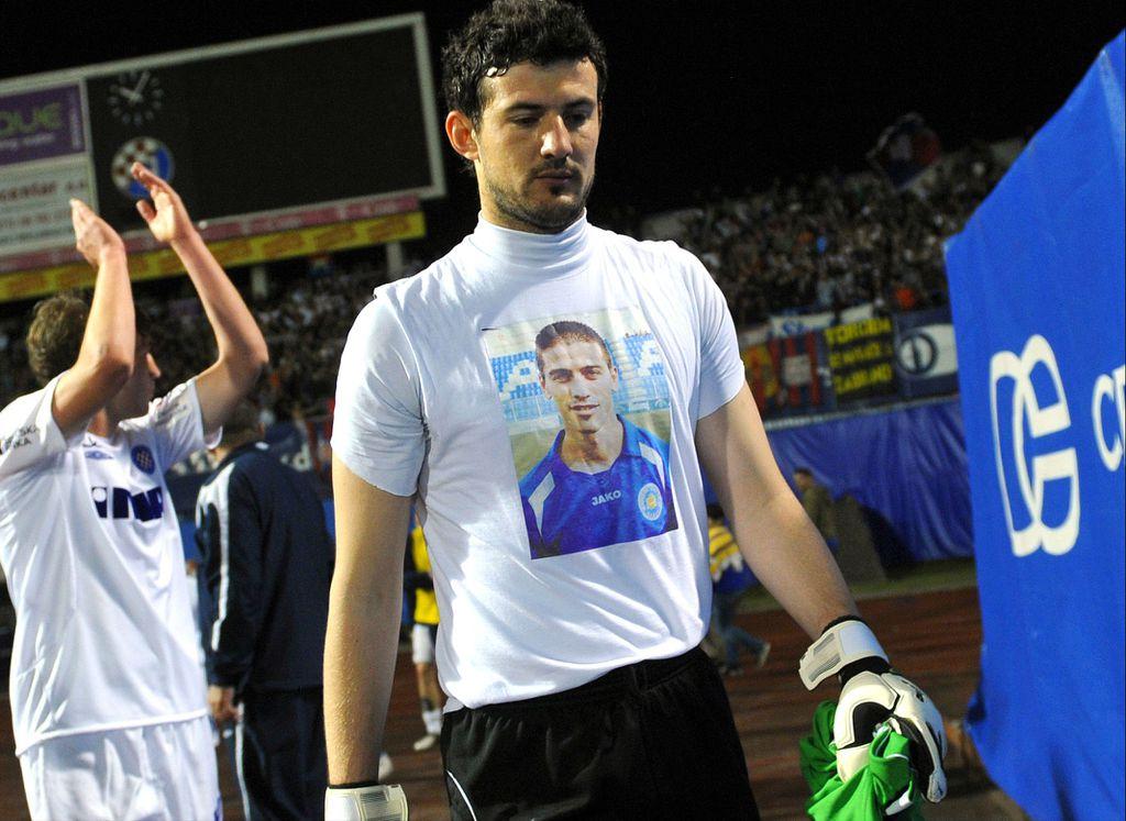 Danijel Subašić s majicom posvećenoj Hrvoju Ćustiću (Foto: Marko Lukunic/Pixsell)