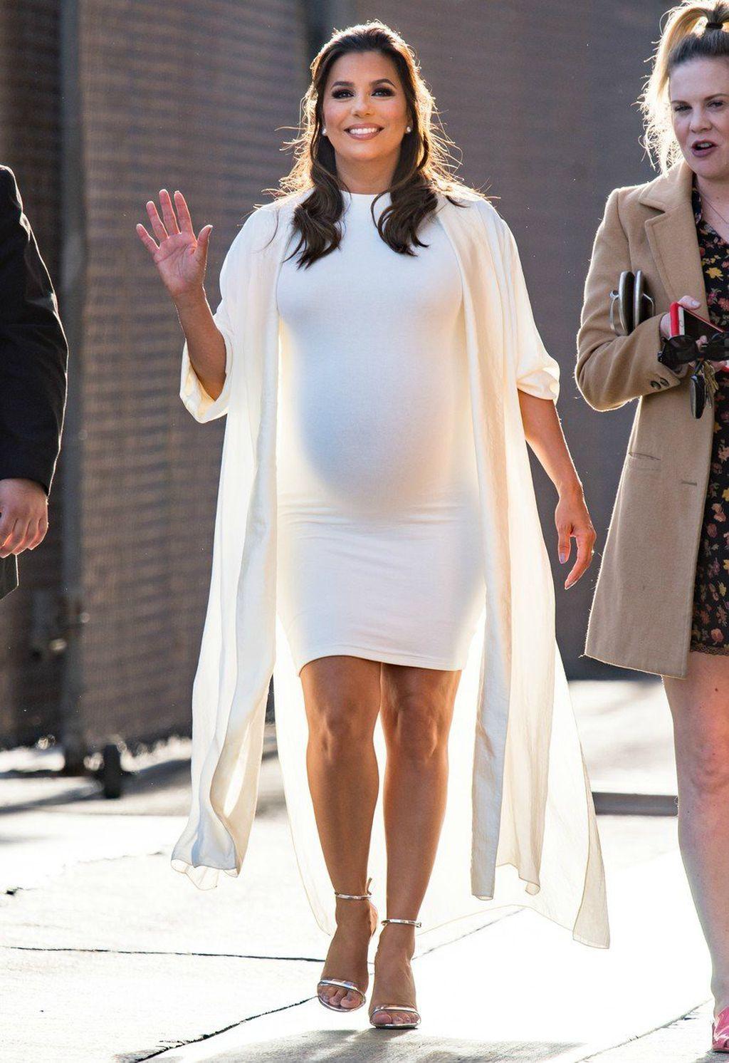 Eva u uskoj bijeloj haljini na snimanju showa Jimmyja Kimmela