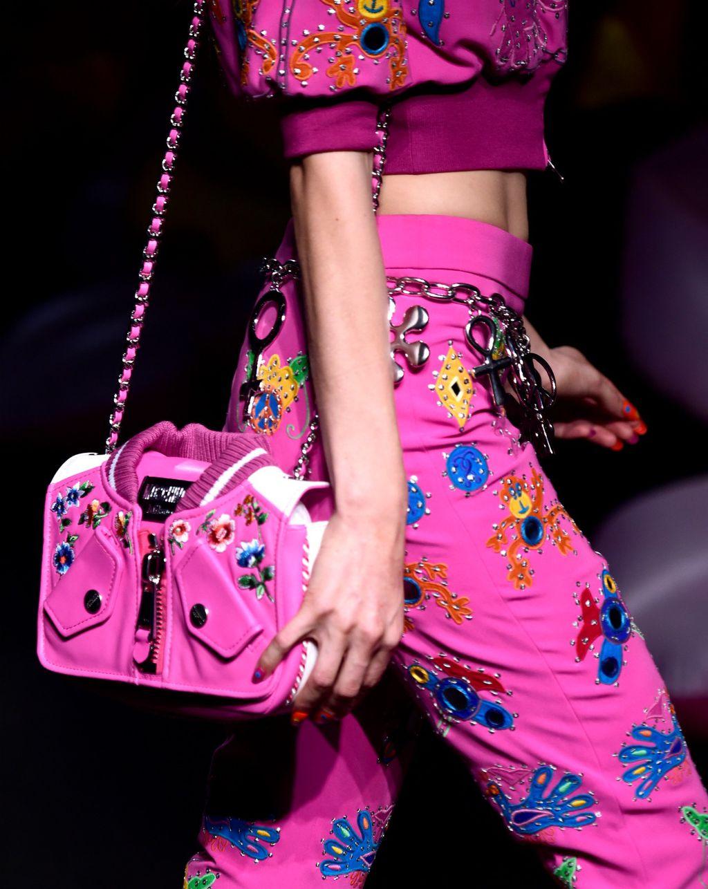 Odjevni komadi i torbica iz kolekcije modne kuće Moschino
