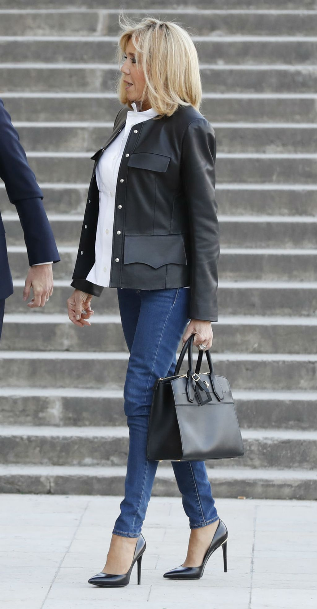 Brigitte Macron u kožnatom sakou - 3
