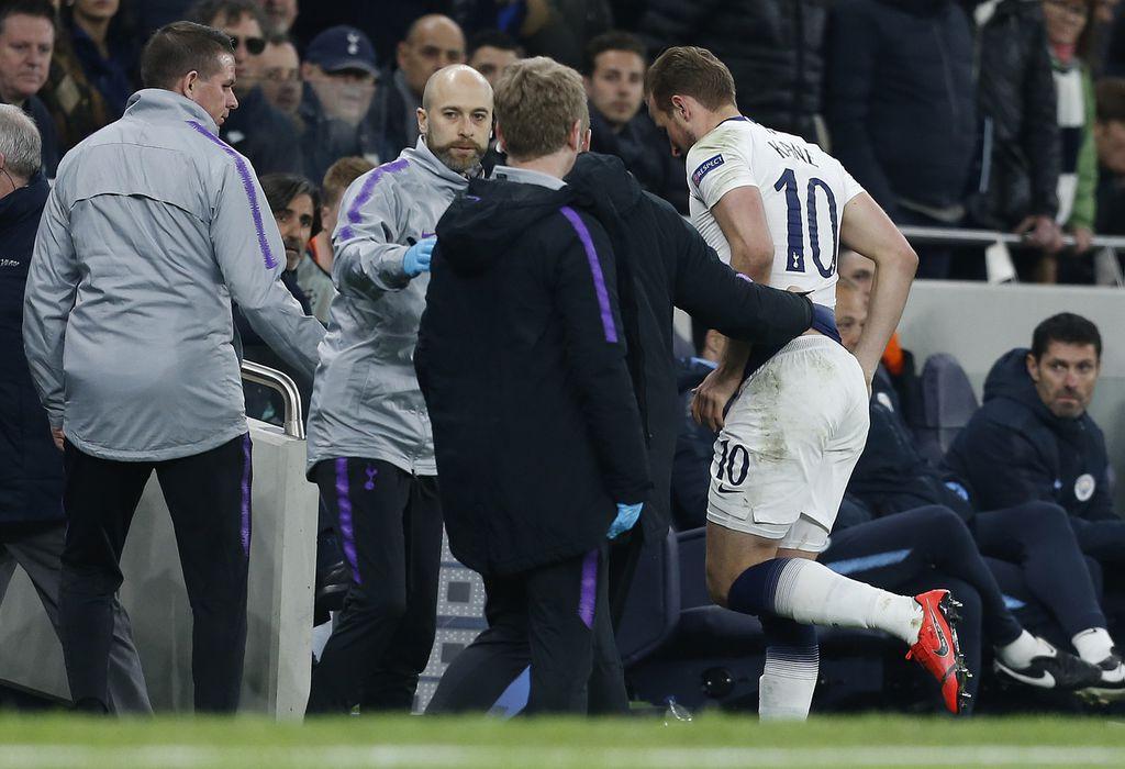 Harry Kane izlazi s travnjaka zbog ozljede (Foto: AFP)