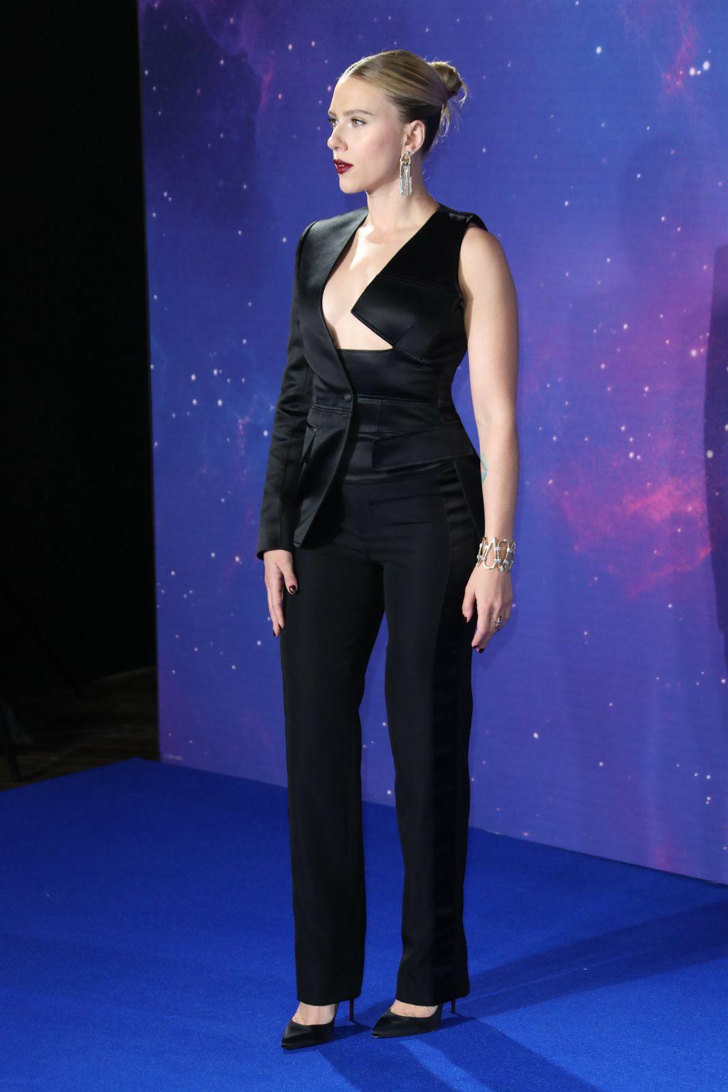 Scarlett u odijelu Toma Forda s efektnim sakoom