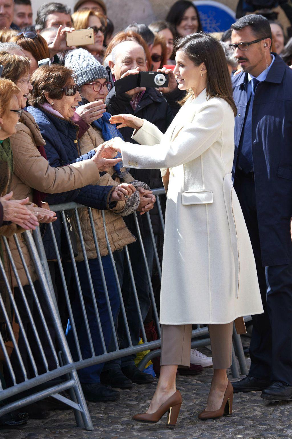 Letizia se uoči otvaranja izložbe družila s okupljenim građanima