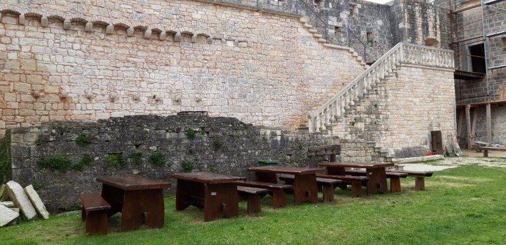 Tvrđava u Svetvinčentu u kojoj organiziraju razne igre s temom srednjevjekovnog života (Dnevnik.hr)