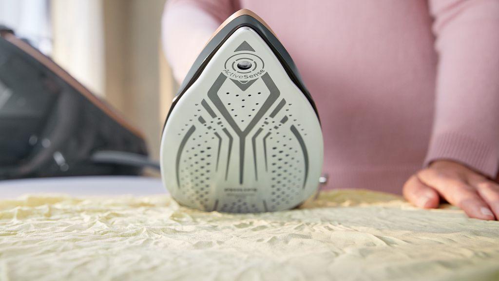 Philips PerfectCare Series 9000, parna postaja koja pomoću kamere i umjetne inteligencije prepoznaje tkaninu i na osnovu toga regulira temperaturu.