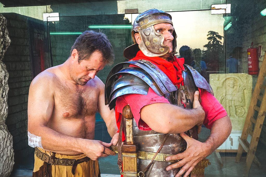 Gladijatori nastupaju u originalnim kostimima, većinom ih izrađuju sami, a u borbi koriste koplja, kratke mačeve i drugo autentično oružje.
