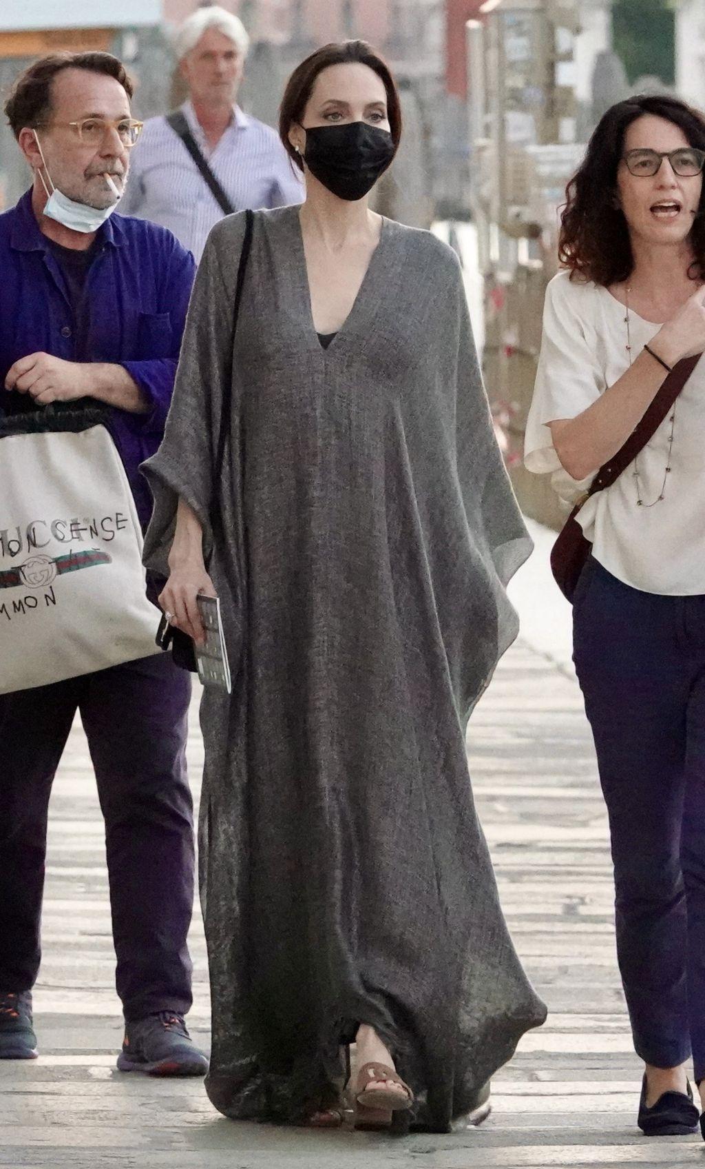 Angelina Jolie u najudobnijoj maksi haljini - 7