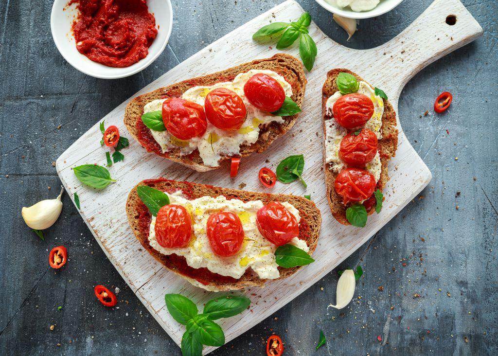 Tost s ricottom, pečenim rajčicama i maslinovim uljem