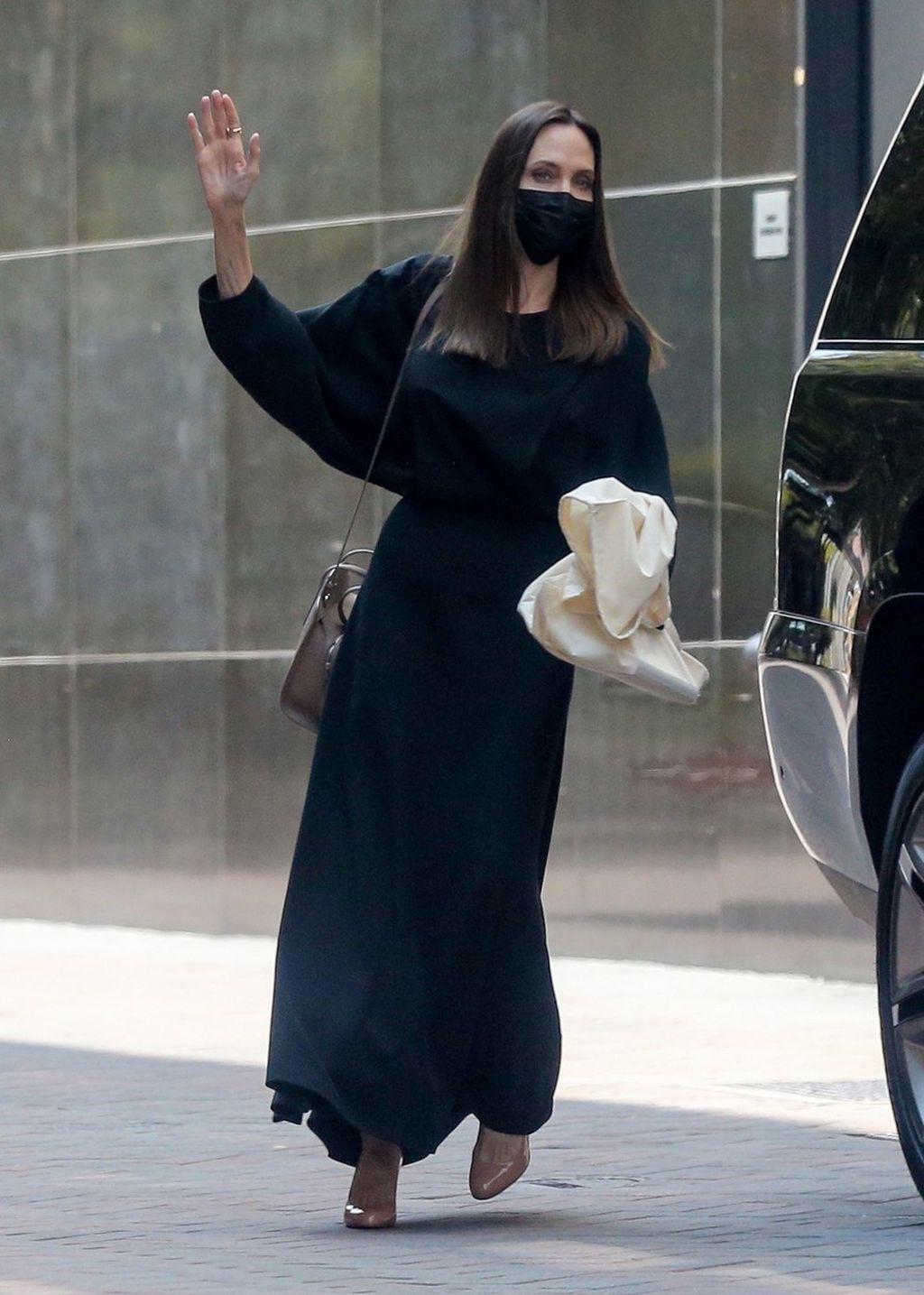 Angelina Jolie u crnoj haljini