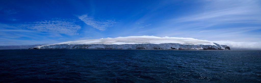 Rijetki su trenuci kada nad otokom nisu nadvijeni oblaci i magla