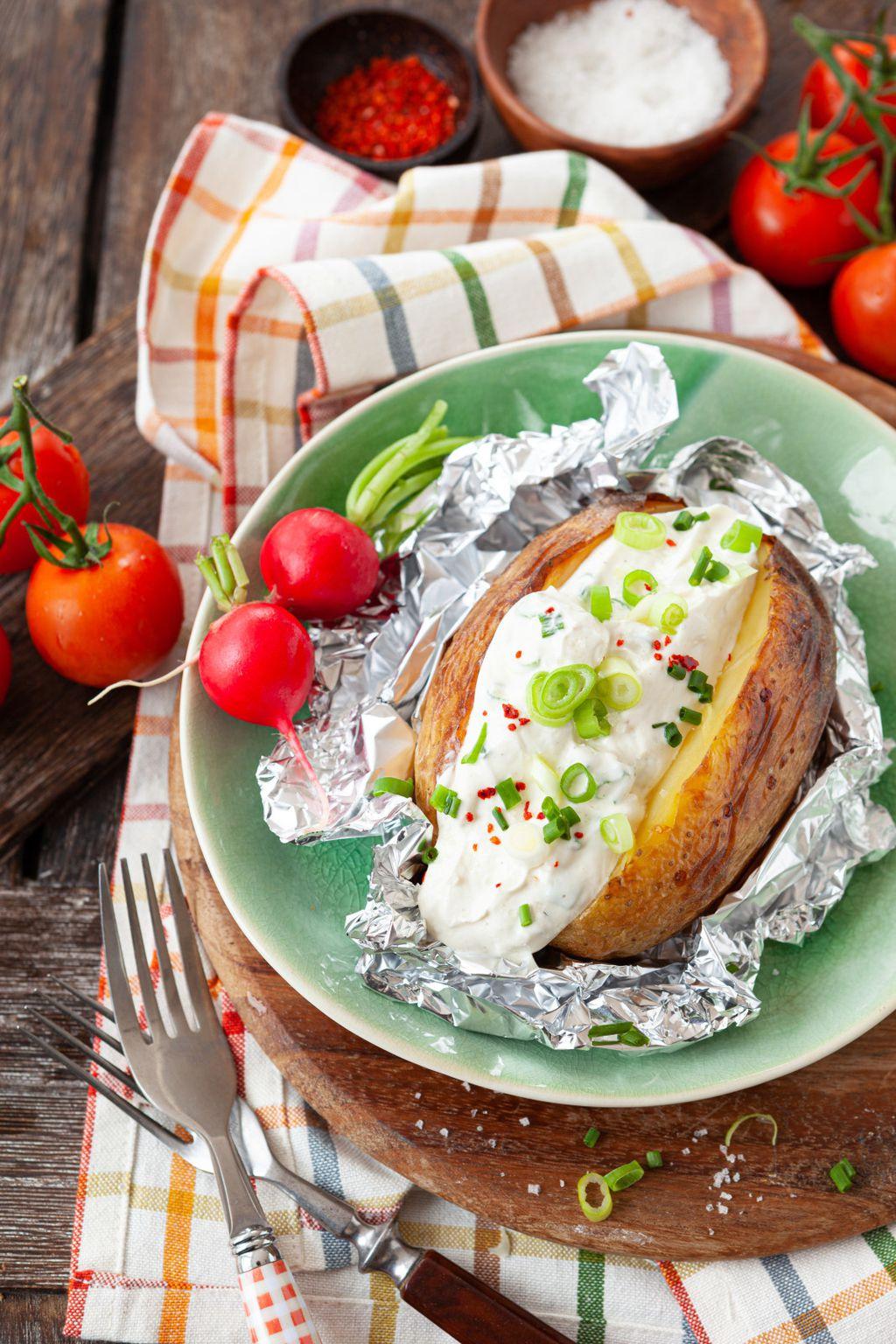 Krumpir pečen u foliji s kiselim vrhnjem i povrćem