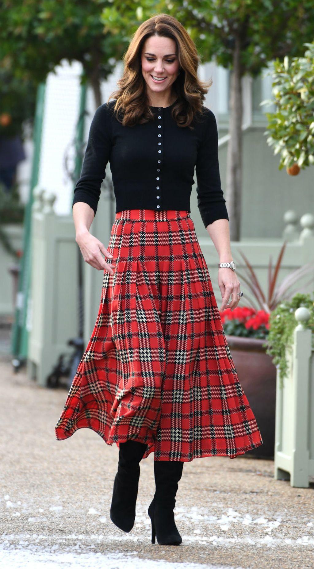 Catherine Middleton u suknji čiji kroj tako dobro laska figuri - 6