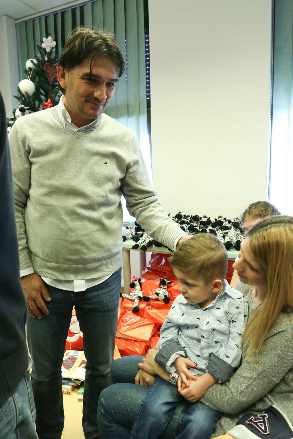 Malim pacijentima na Klinici za pedijatriju KBC-a Zagreb Zlatko Dalić čitao je slikovnicu 'Zlatkov dan za igru' - 2