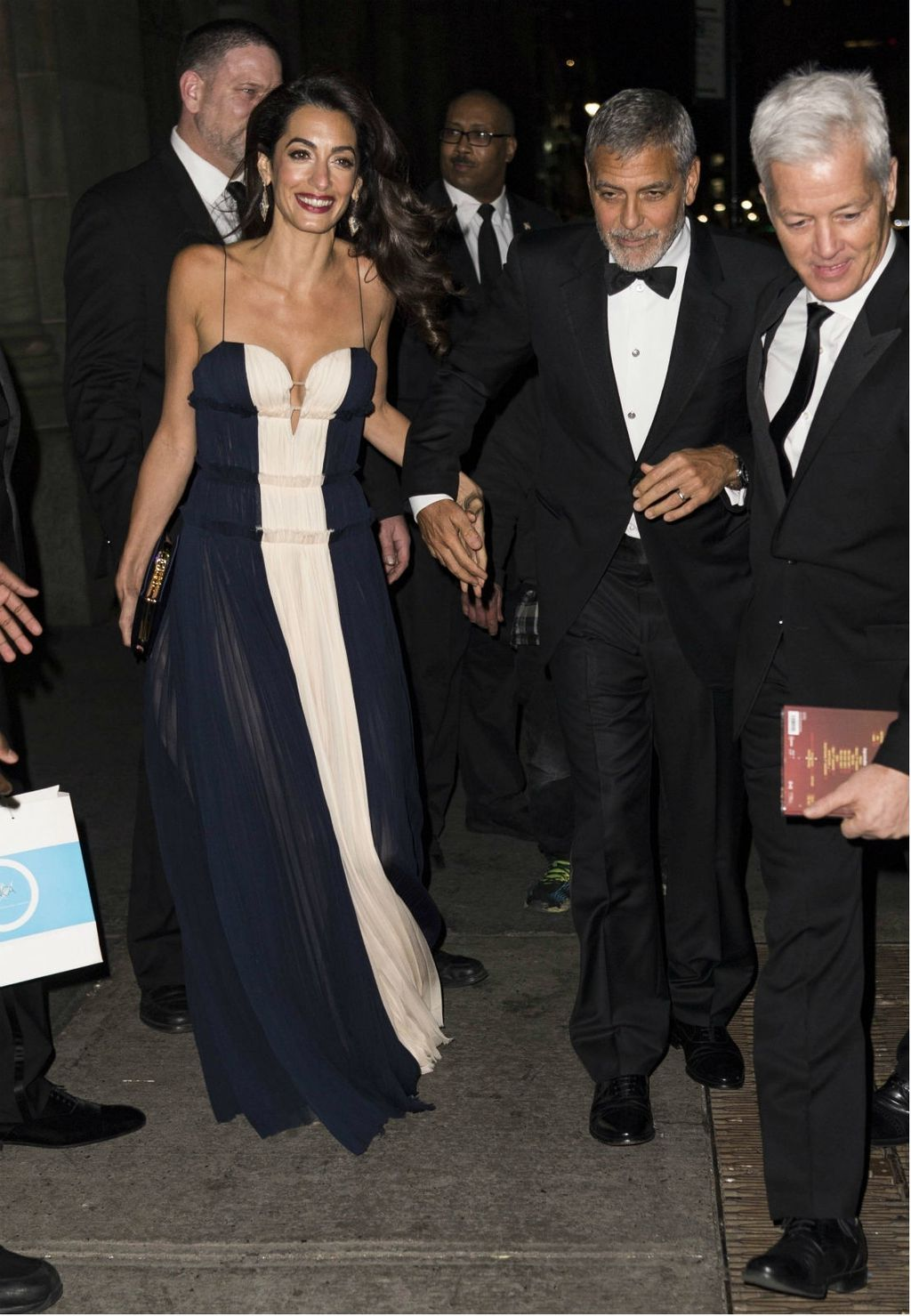 Amal Clooney u haljini koja se obavezno nosi bez grudnjaka - 4