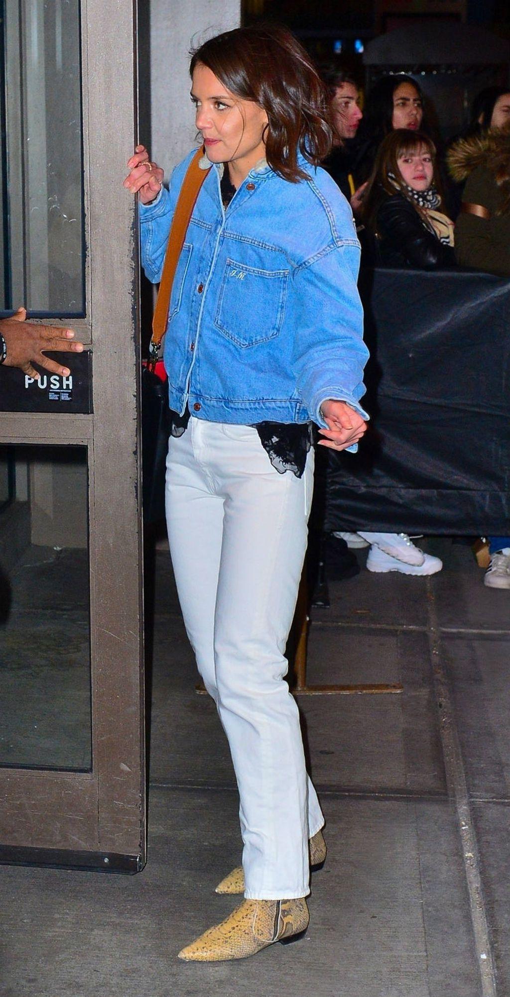 Katie Holmes u \'omraženim\' čizmama i bijelim hlačama - 2