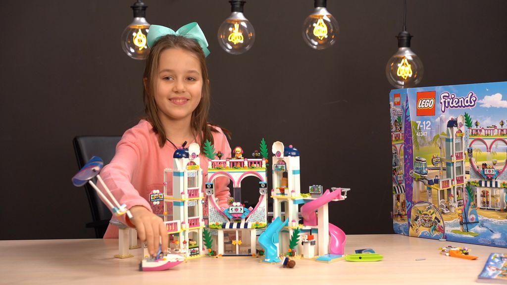Sara slaže LEGO Friends Heartlake odmaralište