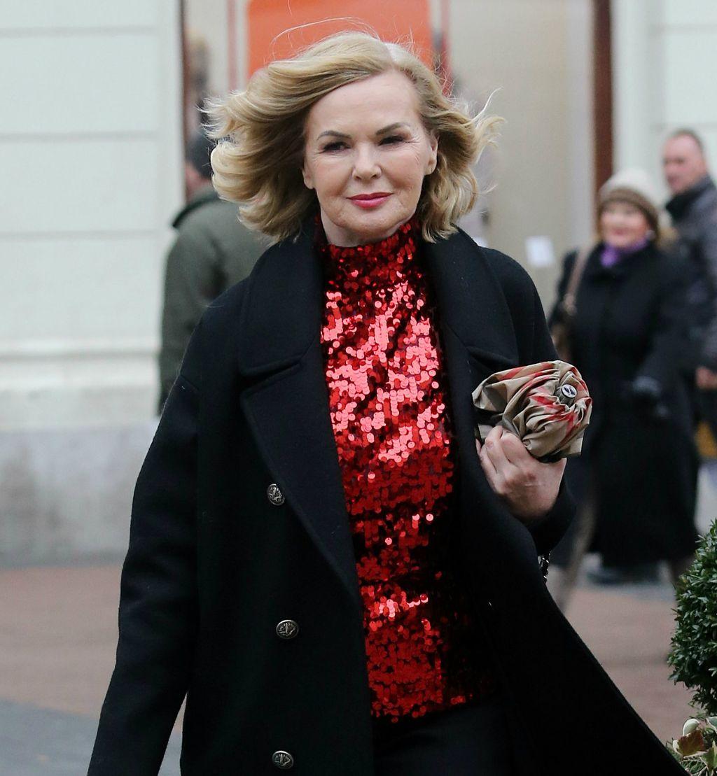 Odvjetnica u crvenoj dolčeviti posutoj šljokicama