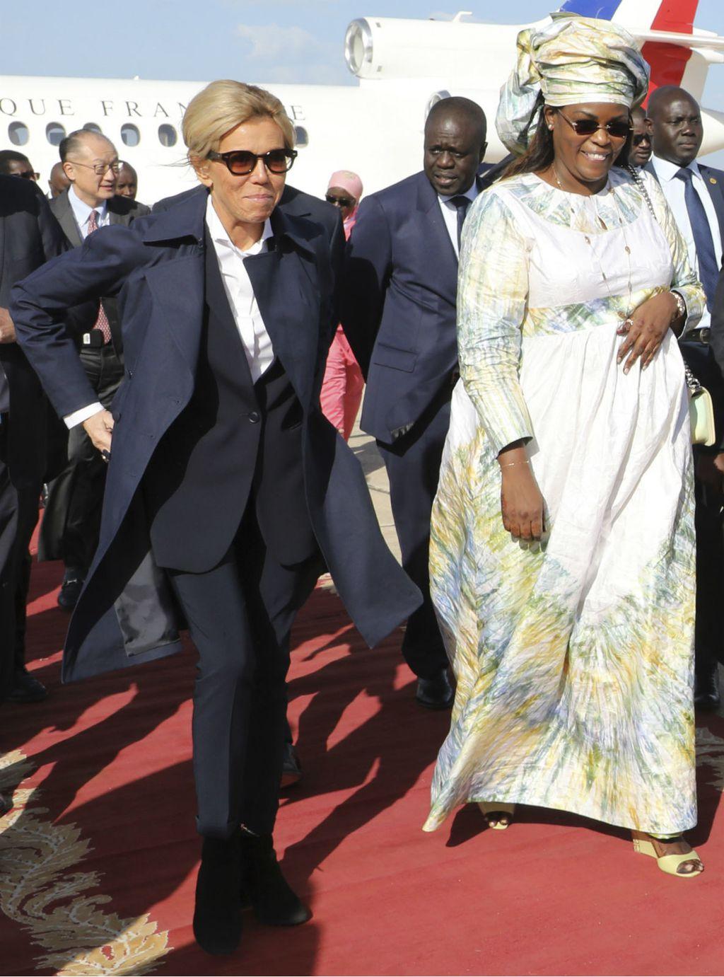 Brigitte Macron u \'muškoj\' odjevnoj kombinaciji - 1