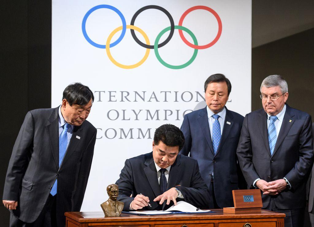 Predstavnici obiju Koreja i predsjednik MOO-a Thomas Bach (Foto: AFP)