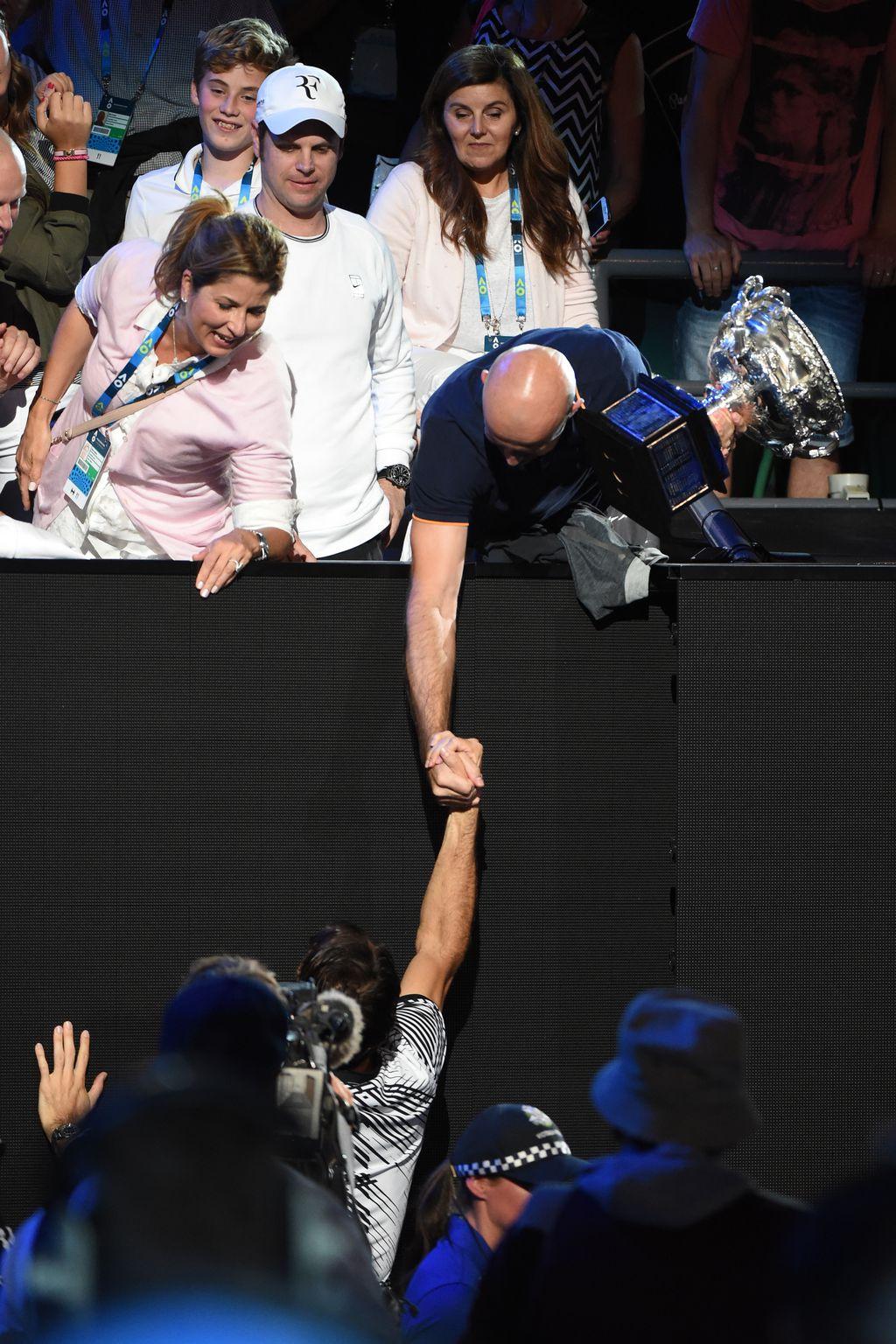 Ivan Ljubičić i Roger Federer se rukuju (Foto: AFP)