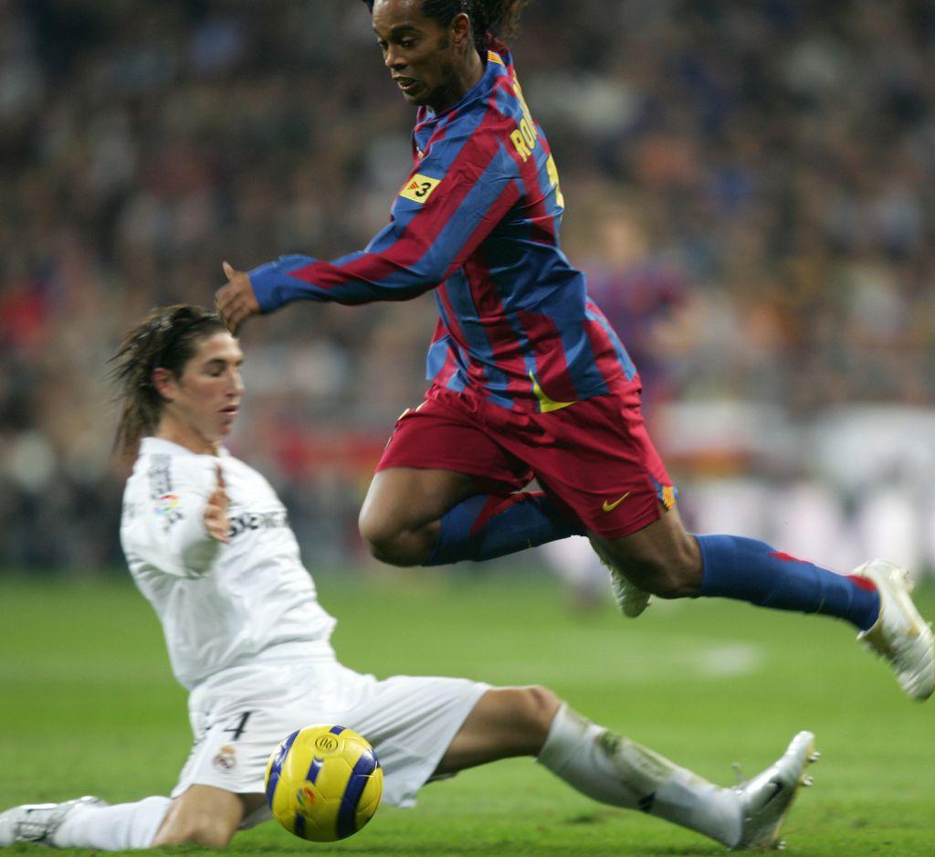 Sergio Ramos i Ronaldinho (Foto: AFP)