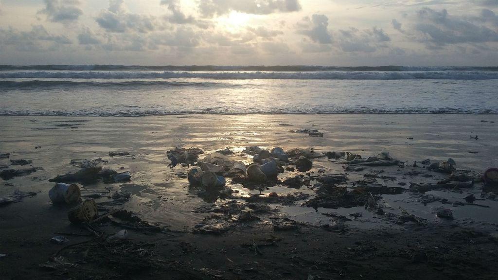 Gomile smeća snimljene na plaži Kuta na Baliju