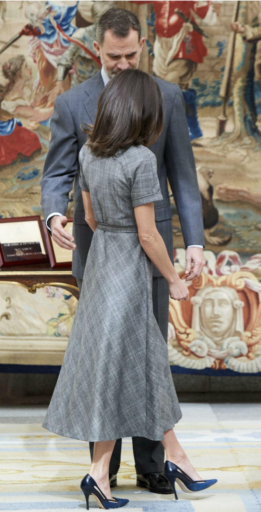 Kraljica Letizia u laskavoj haljini brenda Massimo Dutti - 2
