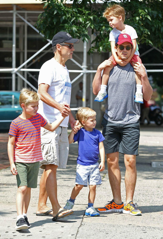 Matt Bomer sa svojim suprugom Simonom Hallsom i njihovim sinovima