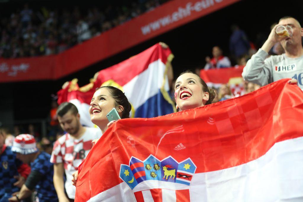 Hrvatske navijačice na utakmici protiv Islanda (Foto: Slavko Midzor/PIXSELL)