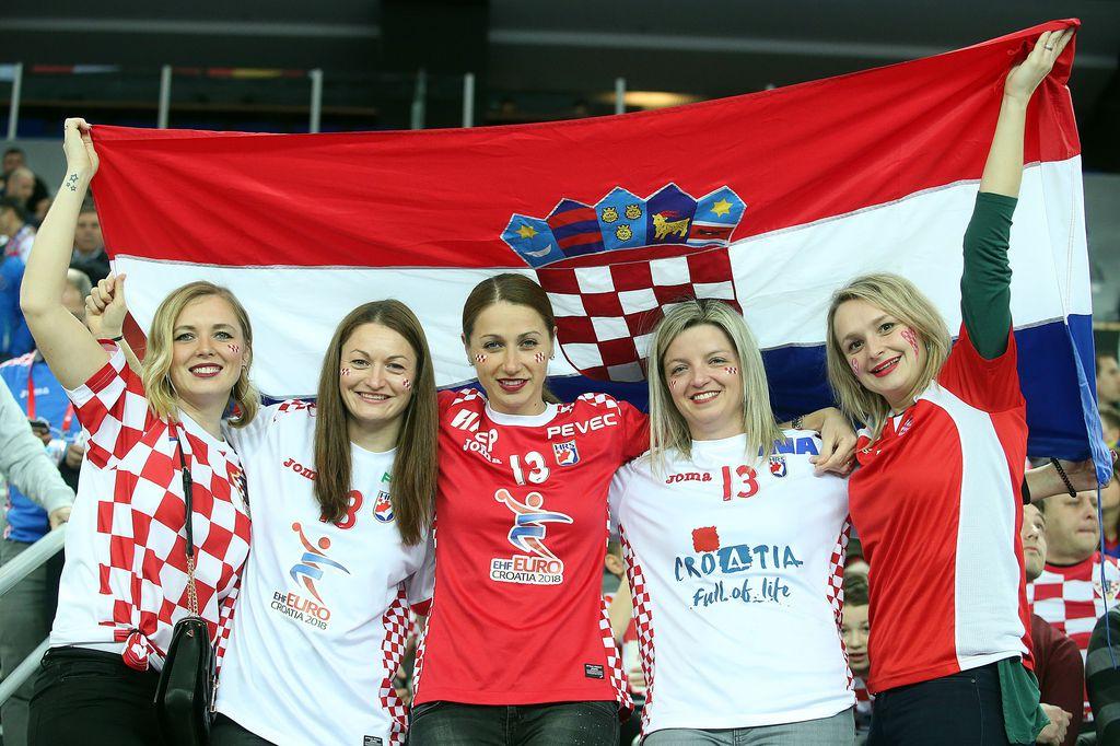 Hrvatske navijačice u Areni (Foto: Goran Stanzl/PIXSELL)