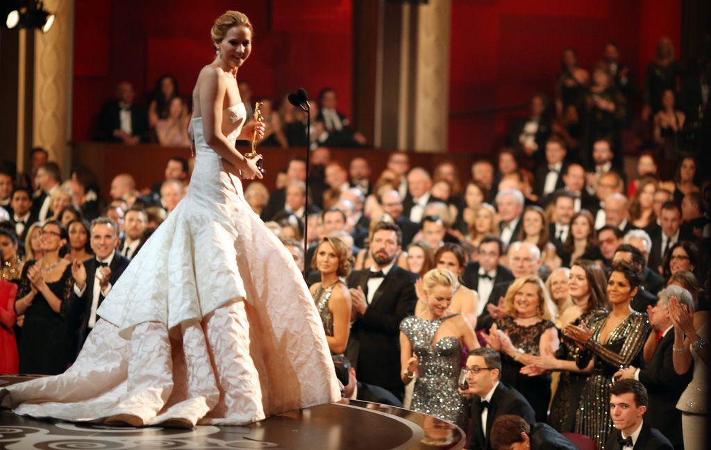 Jennifer Lawrence u toaleti s potpisom modne kuće Christian Dior na dodjeli Oscara 2013. godine