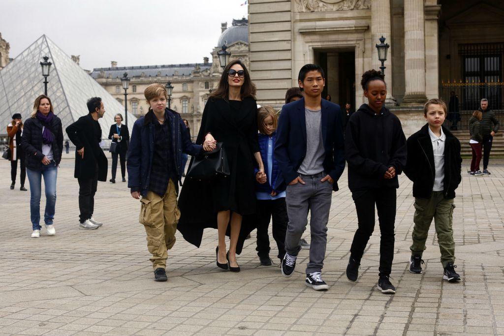 Angelina Jolie sa svoje šestero djece posjetila je muzej Louvre u Parizu - 4