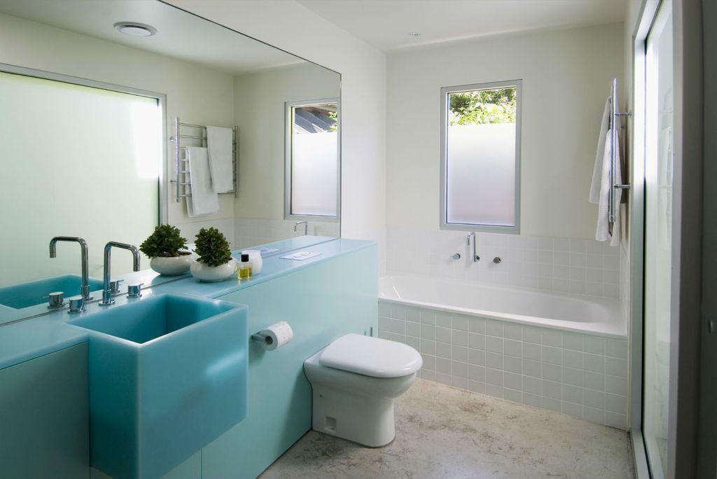 Kupaonica s plavim umivaonikom