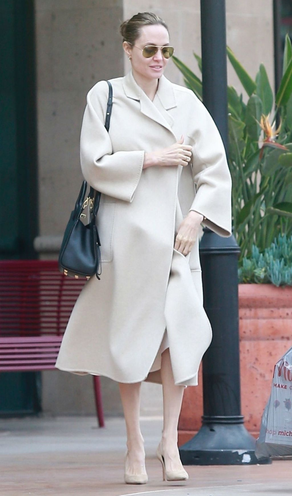 Angelina Jolie u bijeloj i bež odjevnoj kombinaciji - 6