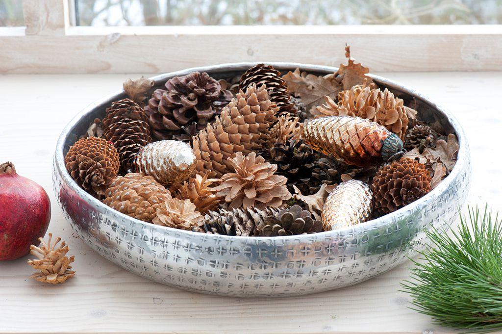Zdjela ispunjena češerima je dekoracija koja je gotova za minutu