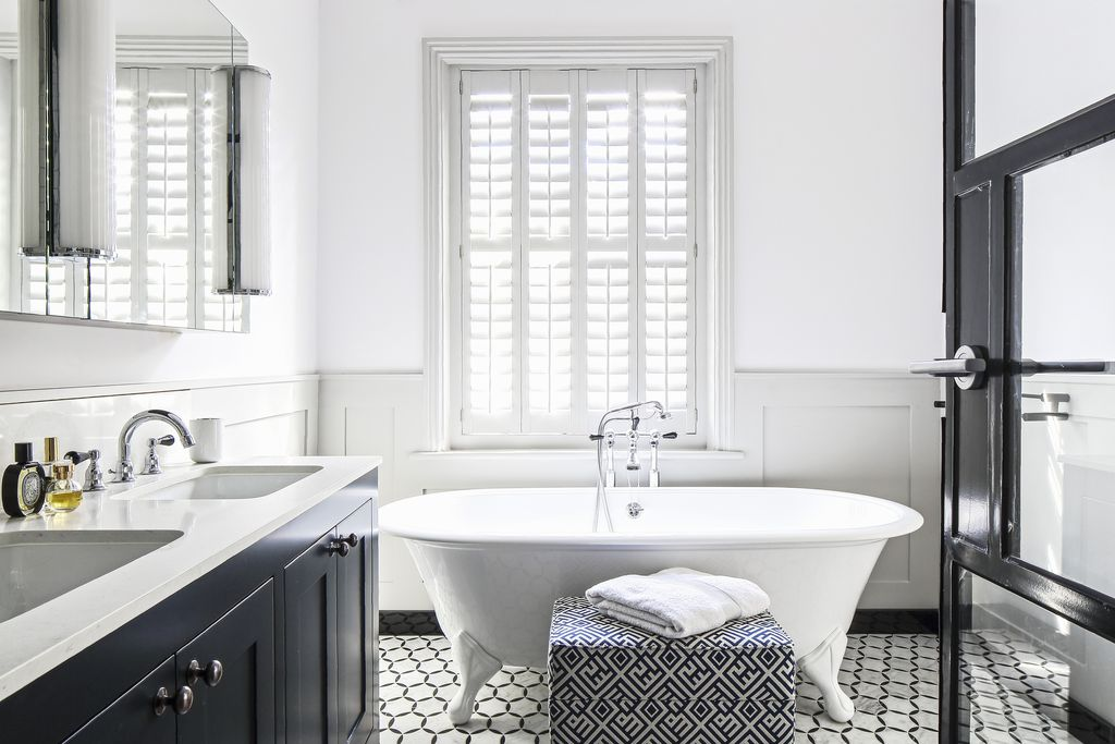 Metalni elementi pridonijet će monokromatskom izgledu kupaonice