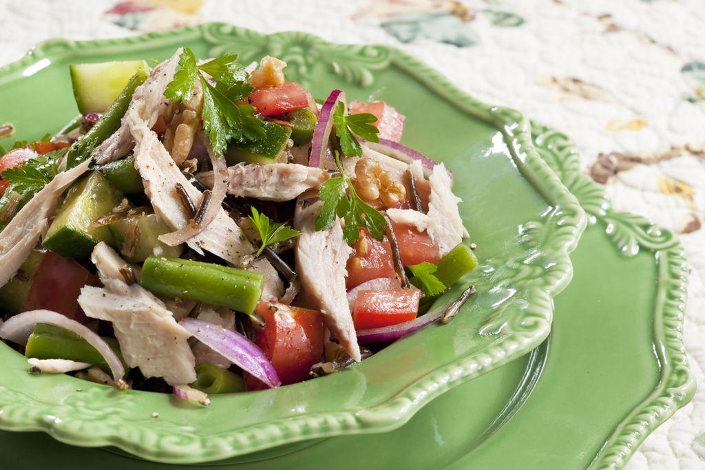 Salata od divlje riže, povrća i tune