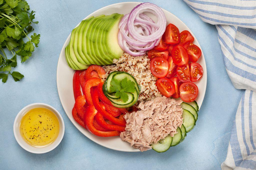 Salata s crvenom kvinojom i tunom
