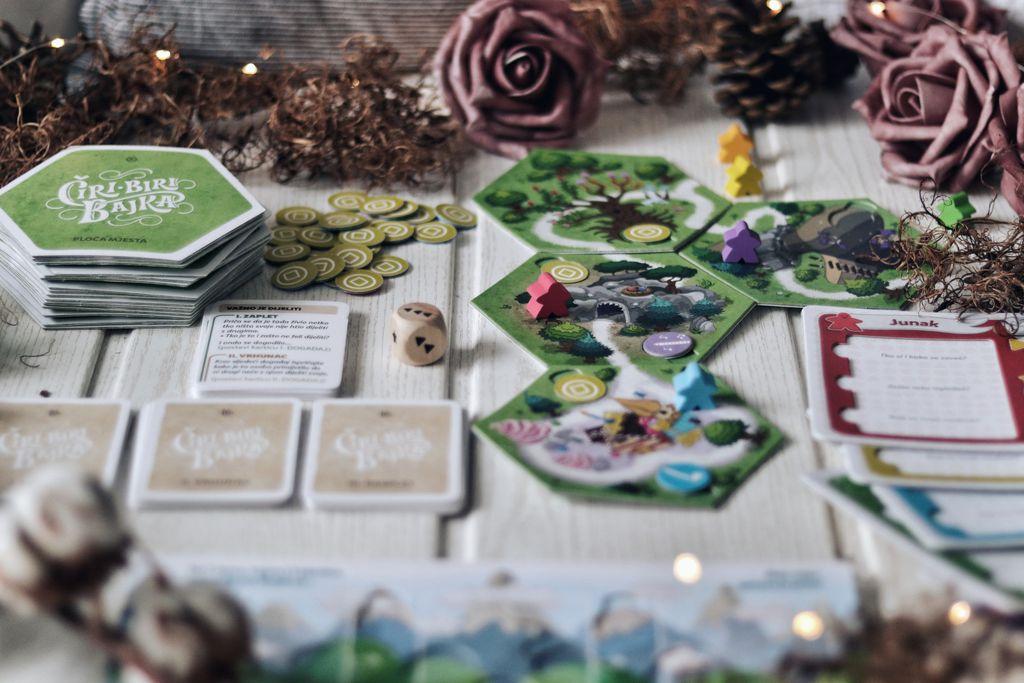 Igra započinje tako da svaki igrač kreira svoj lik i zatim kreće u avanturu bacanjem kocke