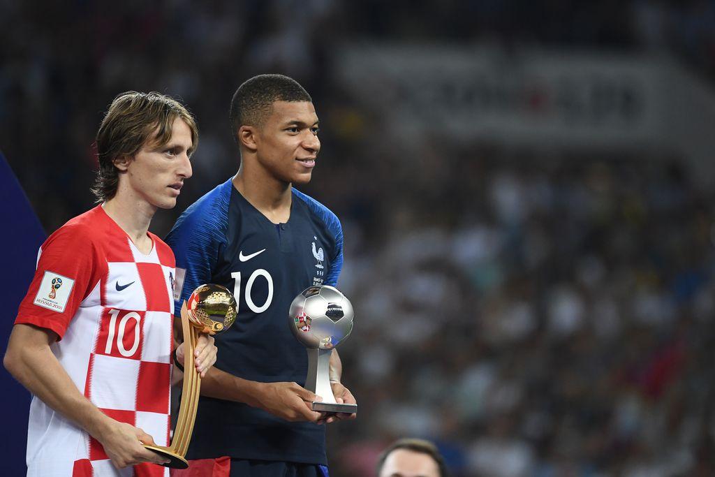 Luka Modrić s trofejem najboljeg igrača Svjetskog prvenstva (Foto: AFP)