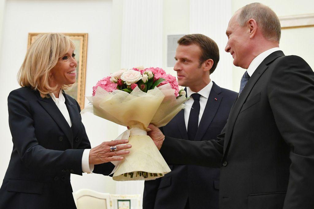 Brigitte i Emmanuel Macron tijekom susreta s Putinom