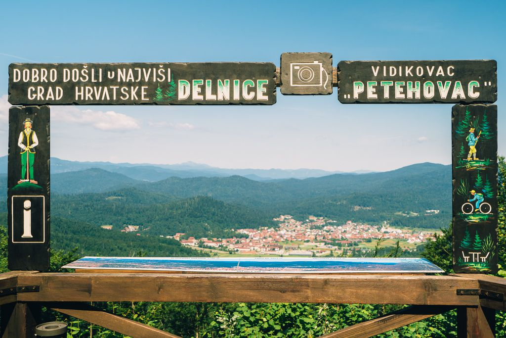 Pogled prema Delnicama s Planinskog centra Petehovac