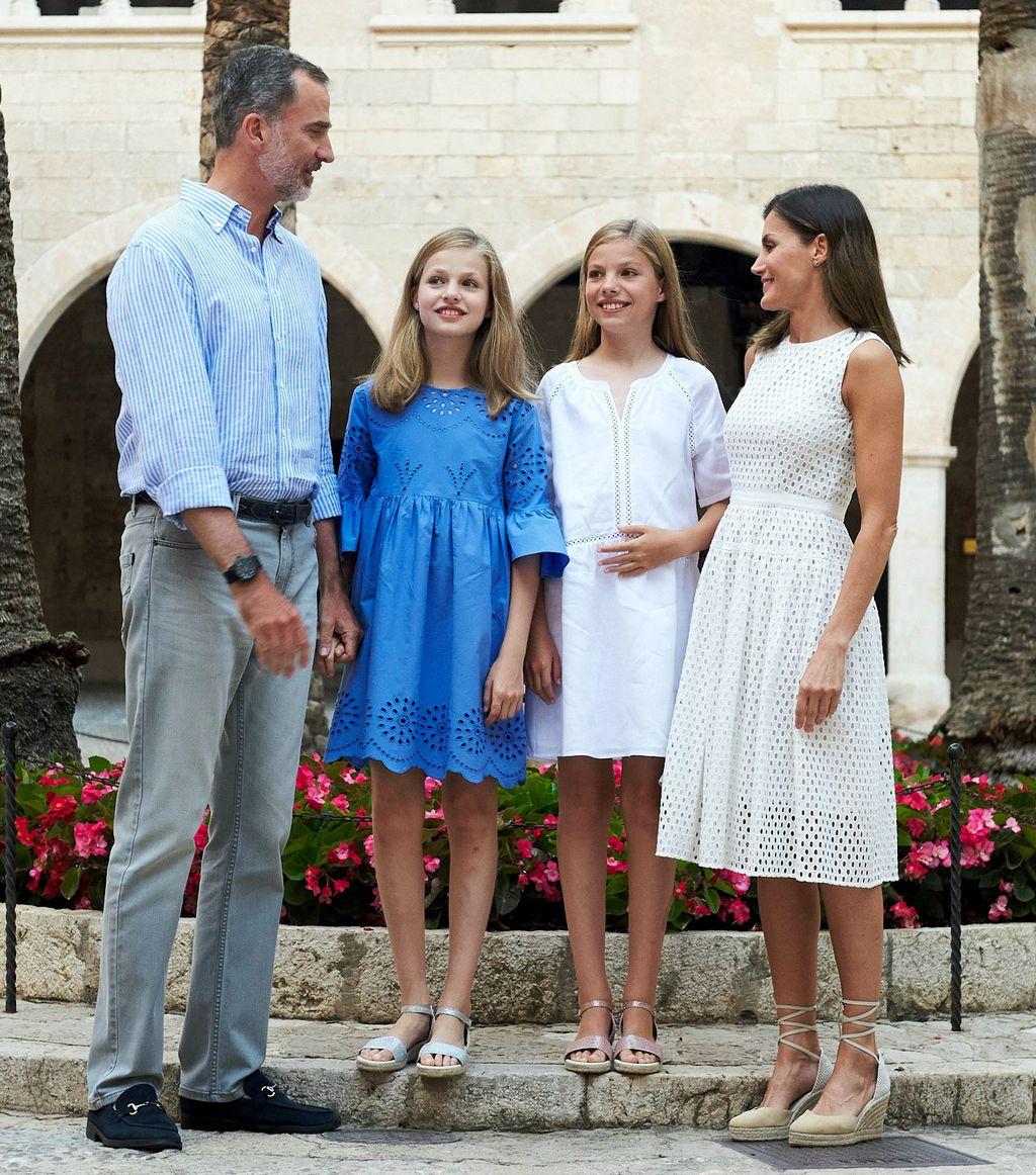 Kralj i kraljica sa svojim kćerkicama