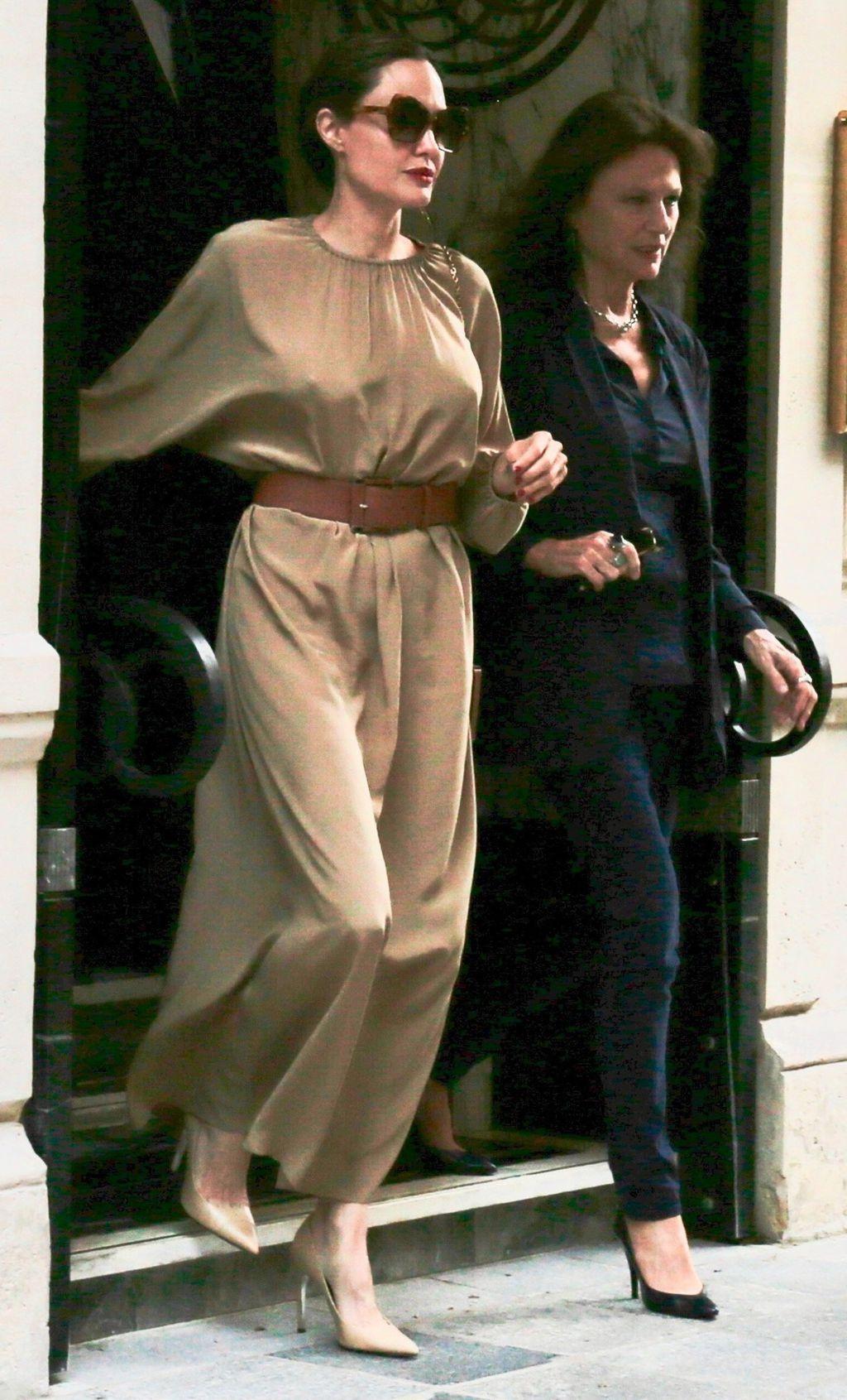 Angelina Jolie sa svojom krsnom kumom, glumicom Jaqueline Bissett u Parizu - 4