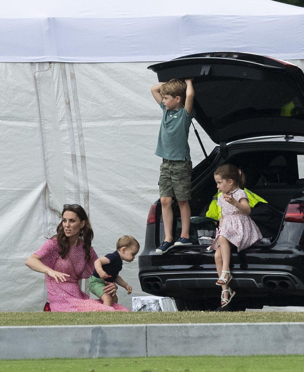 Mama Catherine ima pune ruke posla sasvojim mališanima