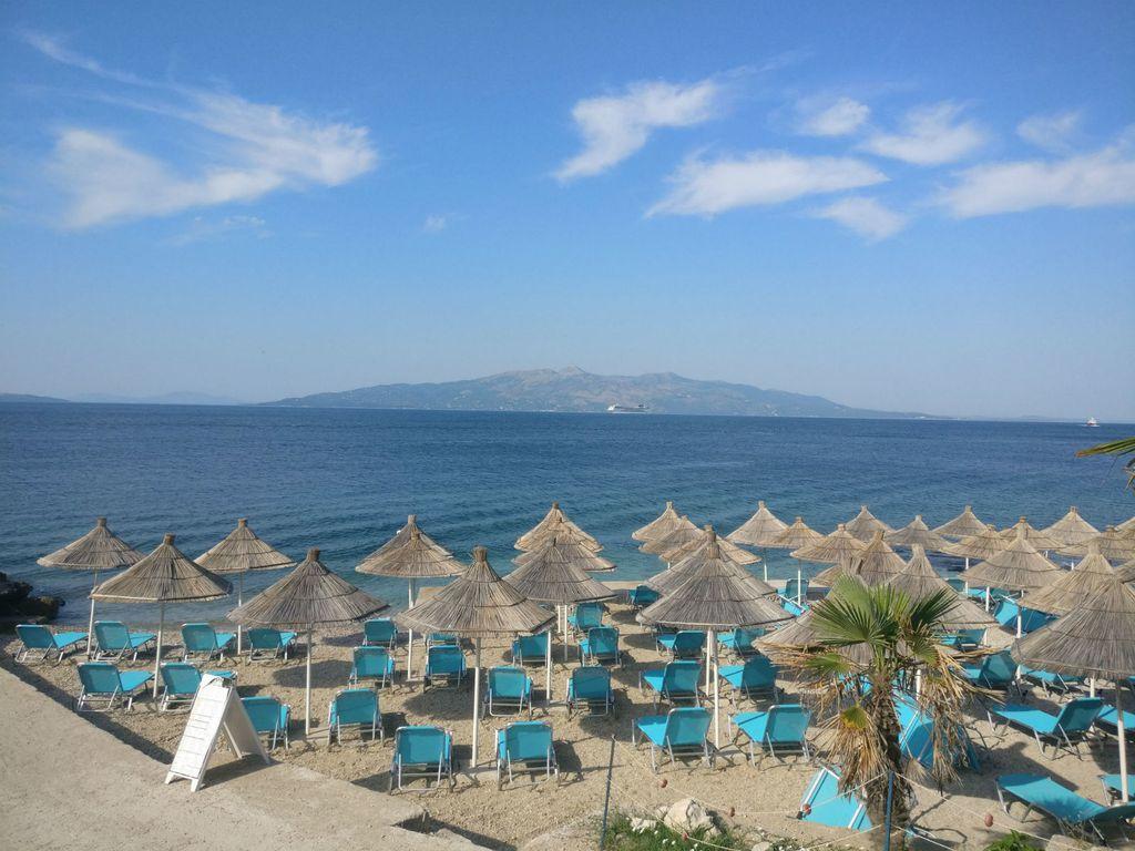 Albanija - Sarandë, u daljini grčki Corfu (Krf)