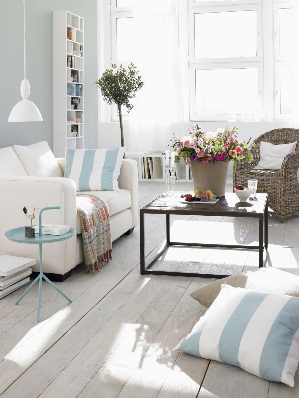 Синие и белые полосы - правильный выбор, если вам нужна гостиная с беззаботной атмосферой летнего дня