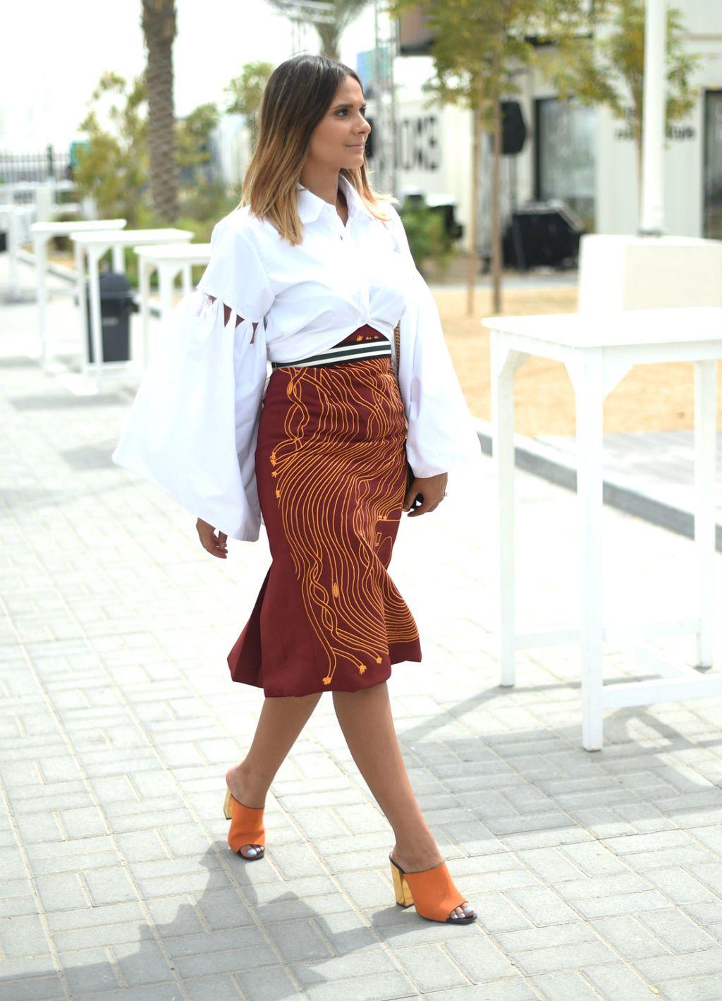 Bijela i zemljani tonovi dobar su par s narančastim cipelama