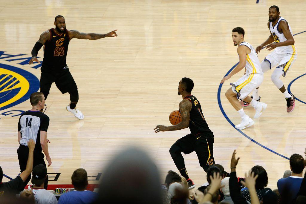 J. R. Smith bježi od koša (Foto: AFP)