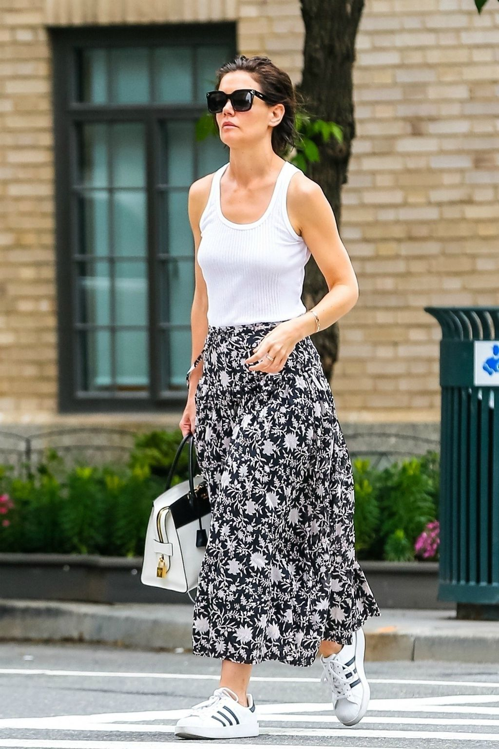Katie nosi Adidasov model Superstar Bold